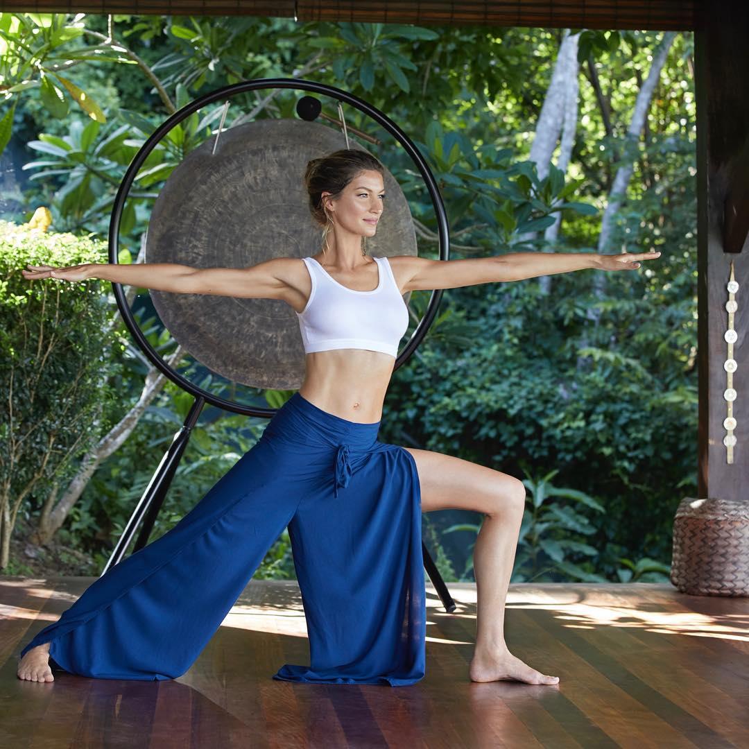 Gisele Bündchen fazendo Yoga